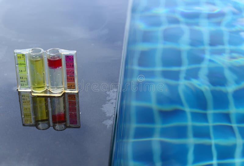La piscina privata della località di soggiorno ha prova settimanale di manutenzione del controllo, chlori di pH fotografie stock