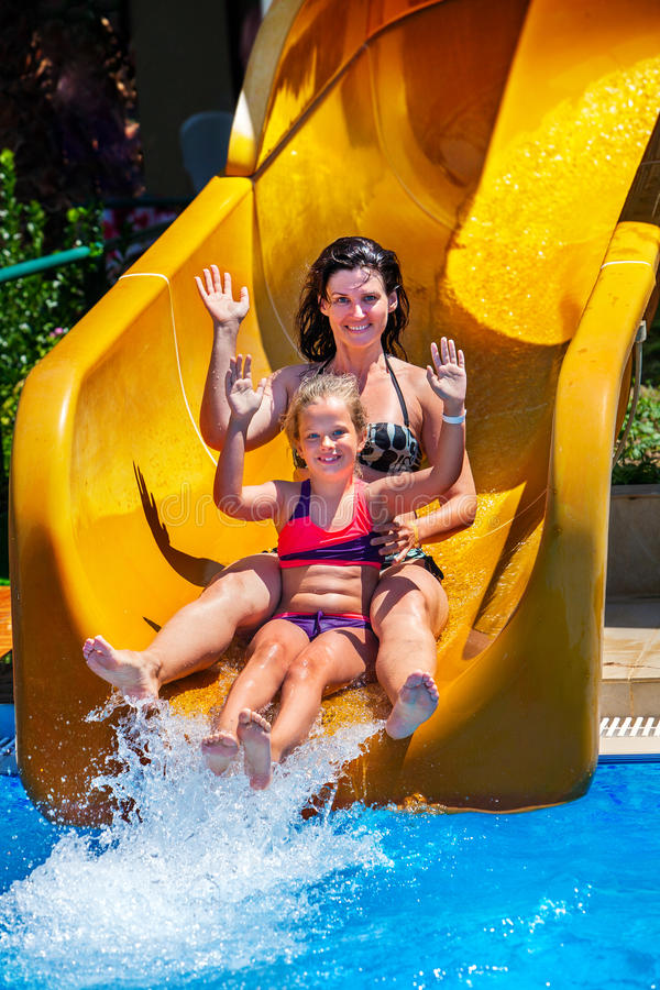 La piscina resbala para la familia con los niños en el tobogán acuático en el aquapark fotografía de archivo