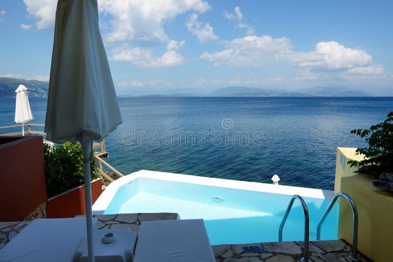 La piscina vicino alla spiaggia all'albergo di lusso fotografia stock libera da diritti