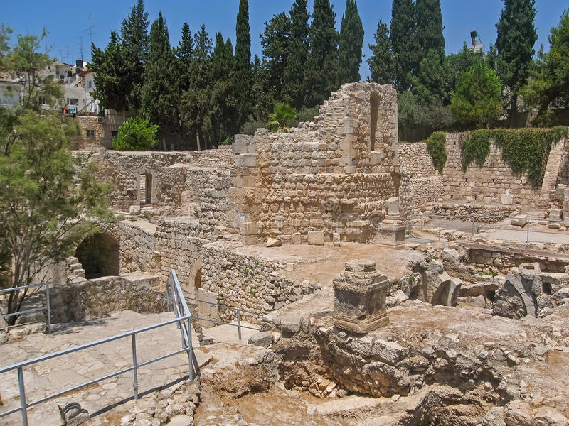 La piscine antique de Bethesda ruine la ville d'inOld de Jérusalem photographie stock libre de droits