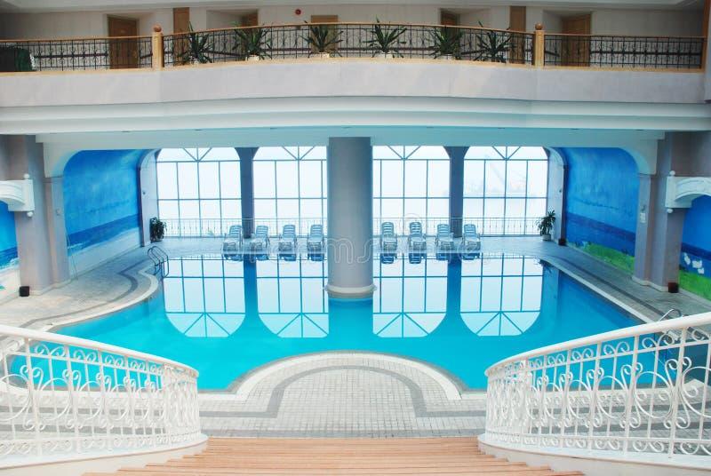 La piscine d 39 int rieur image stock image du natation - Piscine d interieur ...