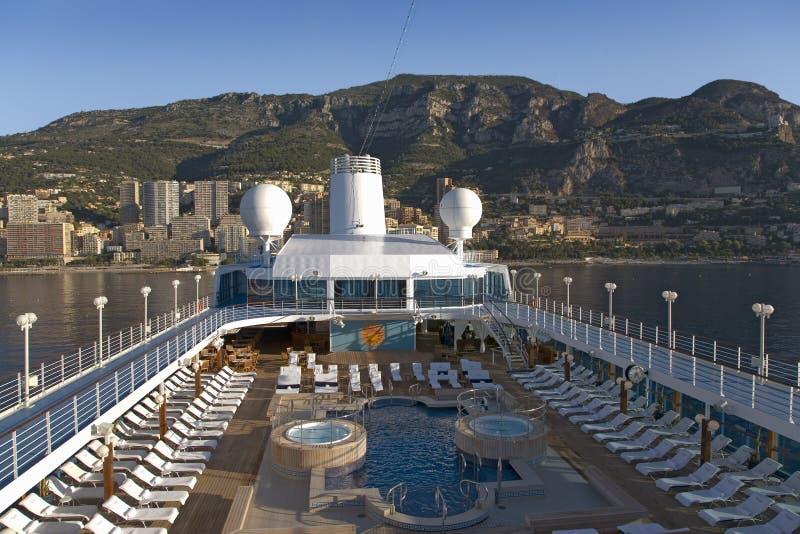La piscine de pont supérieur du bateau de croisière d'Océanie d'insignes en tant qu'elle croise océan méditerranéen, l'Europe photographie stock