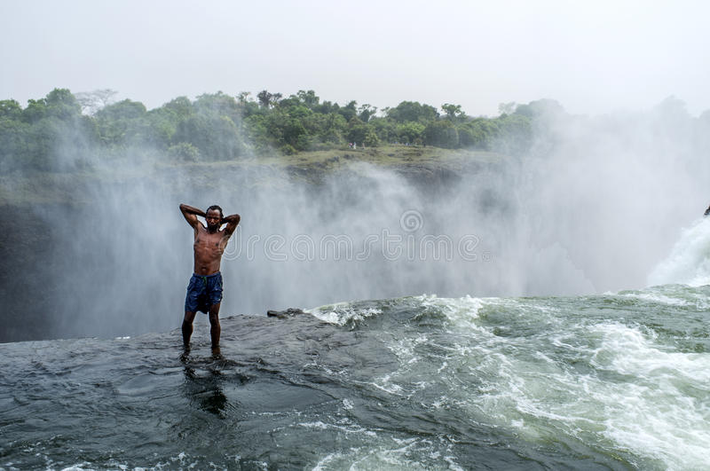 La piscine du diable chez victoria falls photo stock for Chutes victoria piscine du diable