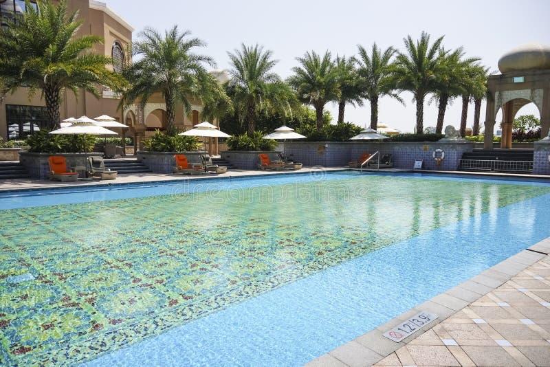 La piscine extérieure d'hôtel photographie stock