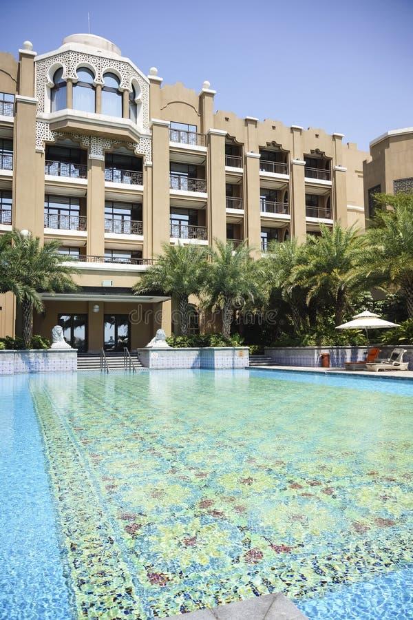 La piscine extérieure d'hôtel images stock