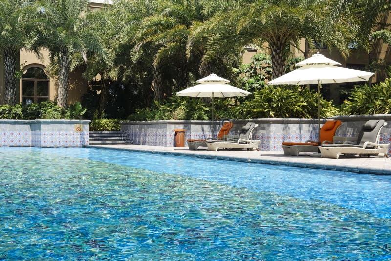 La piscine extérieure d'hôtel image libre de droits