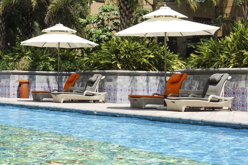 La piscine extérieure d'hôtel photos libres de droits