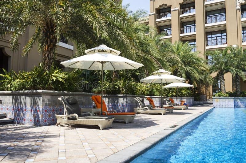 La piscine extérieure d'hôtel photo stock