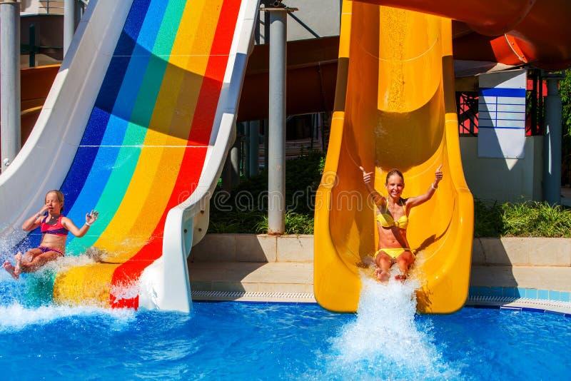 La piscine glisse pour des enfants sur la glissière d'eau à l'aquapark images stock