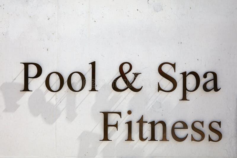 La piscine, la station thermale et la forme physique signent dedans des lettres en métal sur le fond concret de texture image stock
