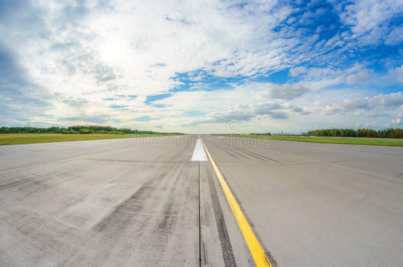 La pista clara para saca, pista de aterrizaje con la marca en el cielo azul con el fondo de las nubes Concepto de la aviación del foto de archivo