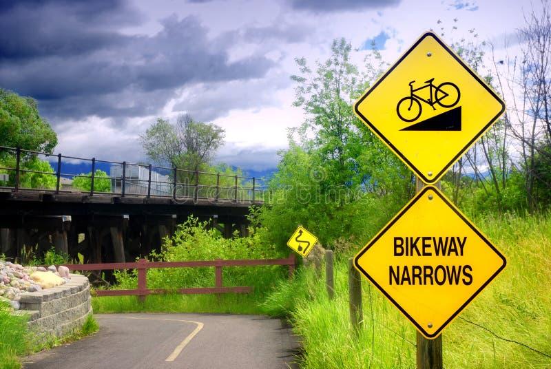 La piste cyclable rétrécit le signe image libre de droits