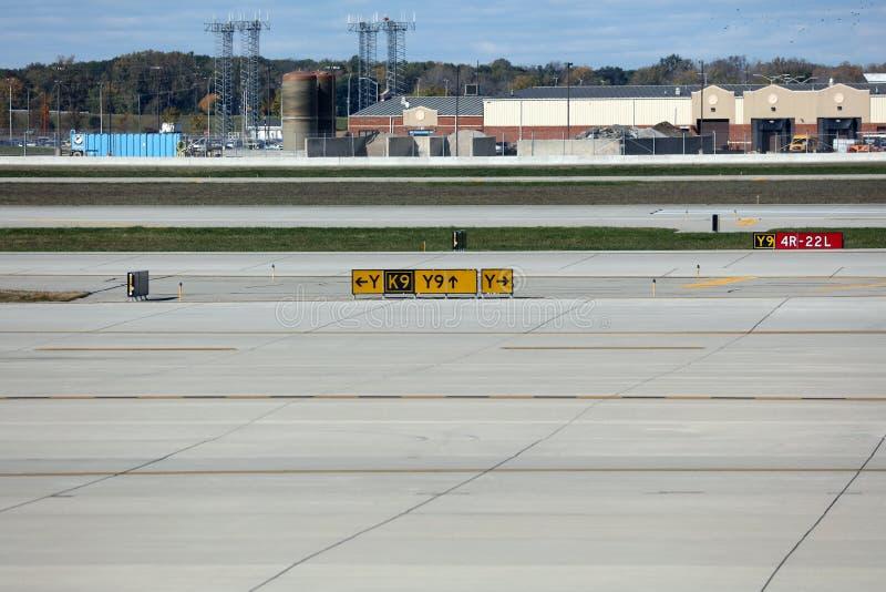 La piste d'aéroport signe l'aérodrome de hangars photographie stock libre de droits