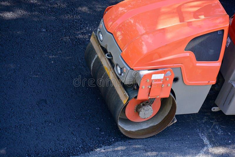 La piste de patinage mène à bien des travaux de réparation de route Pose du nouvel asphalte, vue supérieure Copiez l'espace photo stock