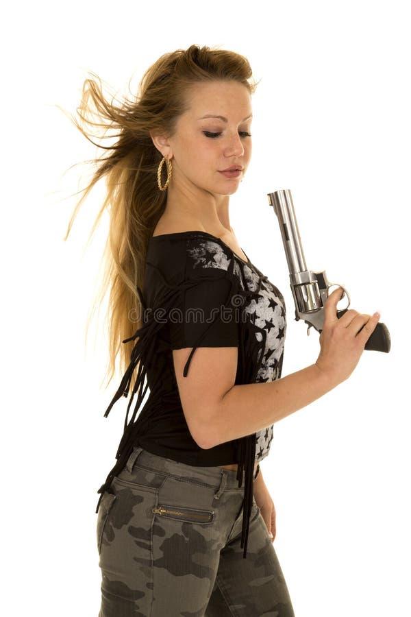 La pistola della camicia della stella dei pantaloni di camo della donna guarda giù immagini stock libere da diritti