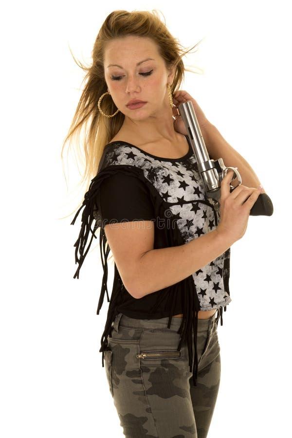 La pistola della camicia della stella dei pantaloni di camo della donna guarda indietro fotografia stock