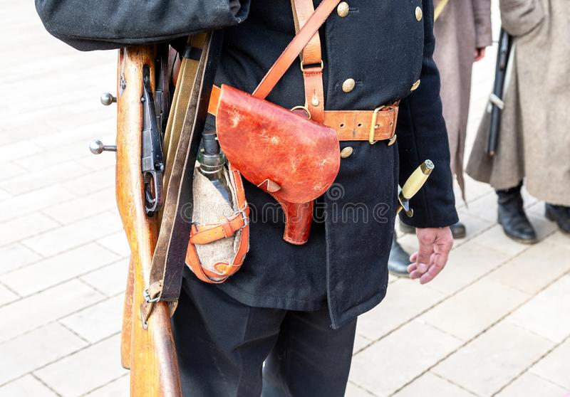 La pistolera de cuero del vintage y la otra munición en la correa fotos de archivo