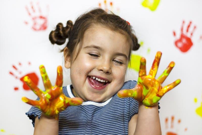 La pittura è divertimento per il bambino fotografie stock libere da diritti