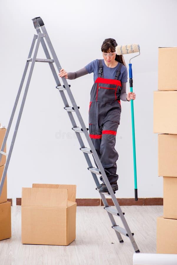 Download La Pittura Del Pittore Della Donna In Nuovo Appartamento Immagine Stock - Immagine di costruzione, camici: 117977397
