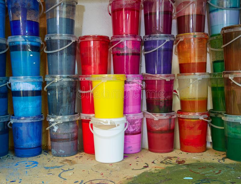 La pittura variopinta dell'inchiostro imbottiglia una fila impilata fotografie stock