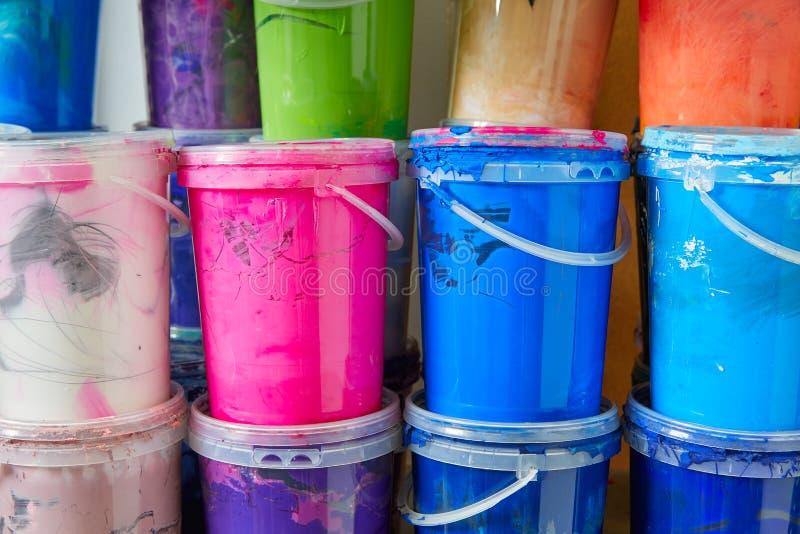 La pittura variopinta dell'inchiostro imbottiglia una fila impilata immagini stock
