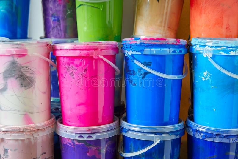 La pittura variopinta dell'inchiostro imbottiglia una fila impilata immagini stock libere da diritti