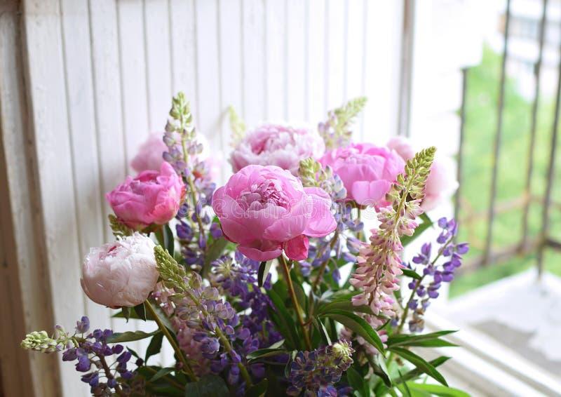 La pivoine et l'été de loup d'anniversaire de mariage de plan rapproché de bouquet fleurissent image stock