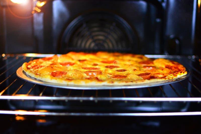 La pizza appétissante est faite cuire dans le four Concept fait maison de nourriture photographie stock