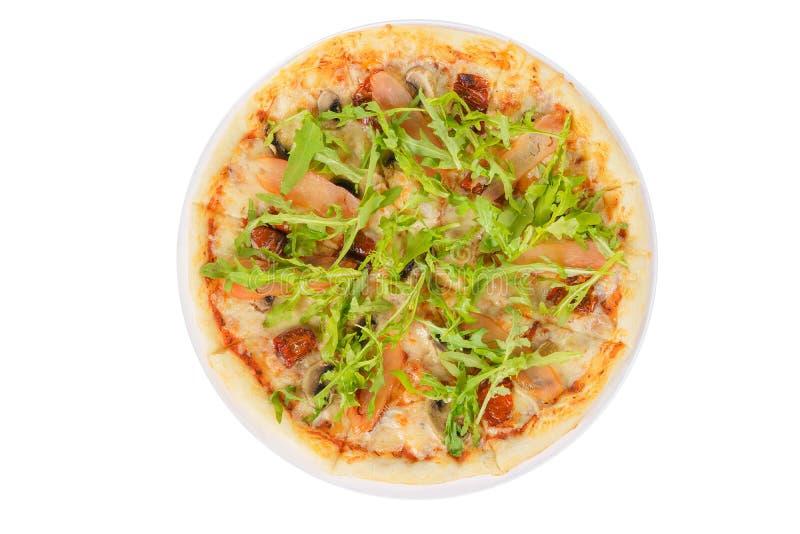 La pizza avec l'arugula, les tomates sèches a isolé le fond blanc photos stock