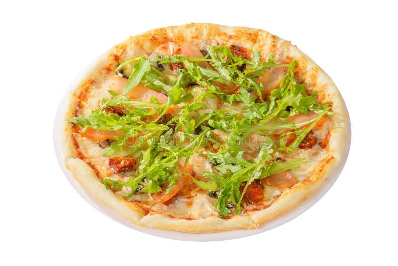 La pizza avec l'arugula, les tomates s?ches a isol? le fond blanc image stock