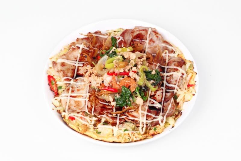 La pizza casalinga del Giappone ha completato il basilico piccante fritto con carne di maiale tritata fotografie stock