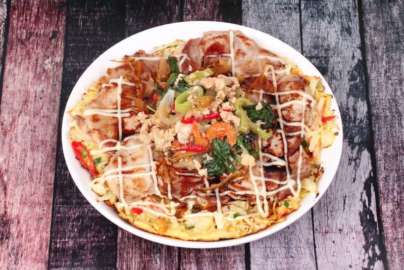 La pizza casalinga del Giappone ha completato il basilico piccante fritto con carne di maiale tritata fotografia stock libera da diritti