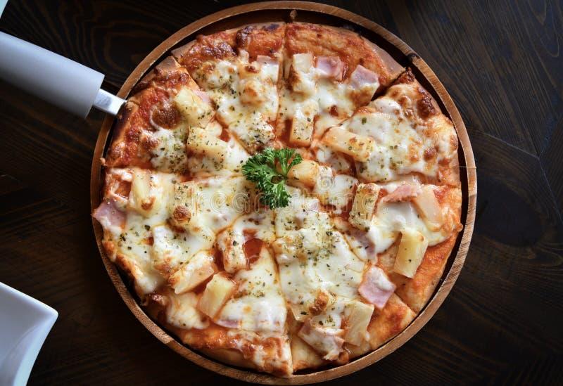 La pizza a complété avec la sauce tomate, le fromage et l'ananas photos libres de droits