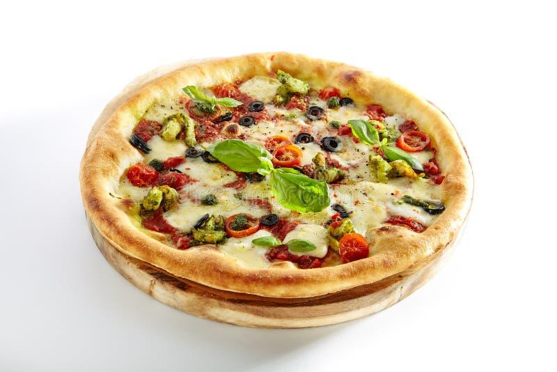 La pizza con los camarones, aceitunas de Kalamata, salsa de tomate aisló imágenes de archivo libres de regalías