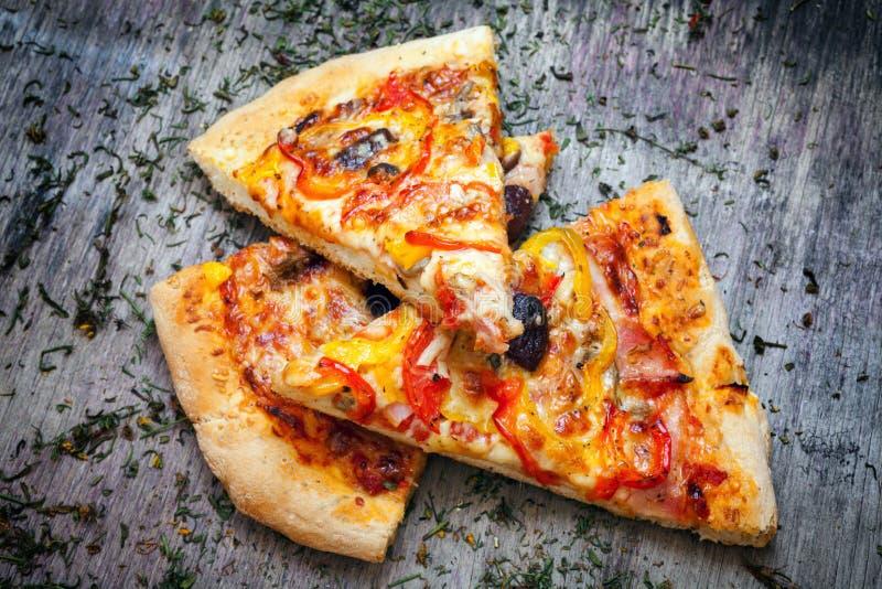 Download La Pizza Cortó En Rebanadas Imagen de archivo - Imagen de comida, torta: 42426849