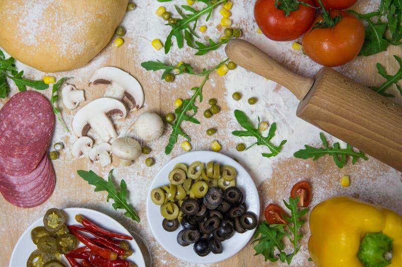 La pizza de DIY lo hace usted mismo - pasta de la pizza fotos de archivo libres de regalías