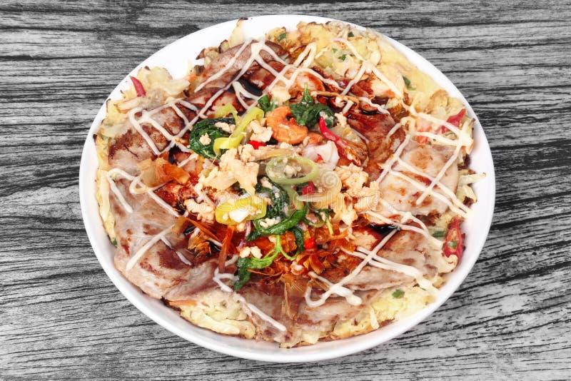 La pizza hecha en casa de Japón remató albahaca picante frita con cerdo picadito imagenes de archivo