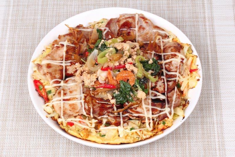 La pizza hecha en casa de Japón remató albahaca picante frita con cerdo picadito fotos de archivo
