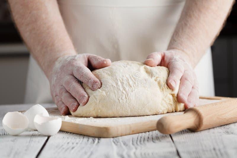 La pizza préparent l'écrimage de main de la pâte photographie stock libre de droits