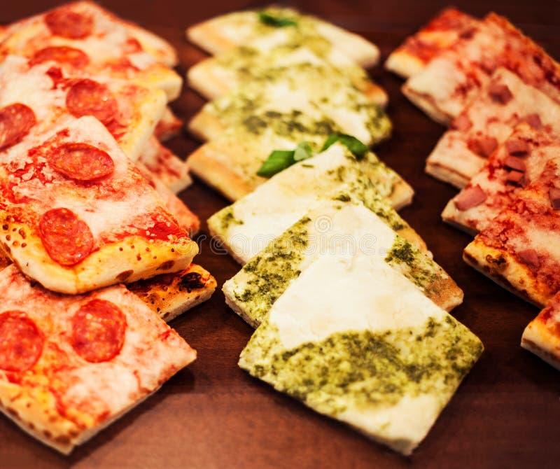 La pizza rapièce pour aller sur une stalle dans la pizzeria, peut employer comme fond image libre de droits