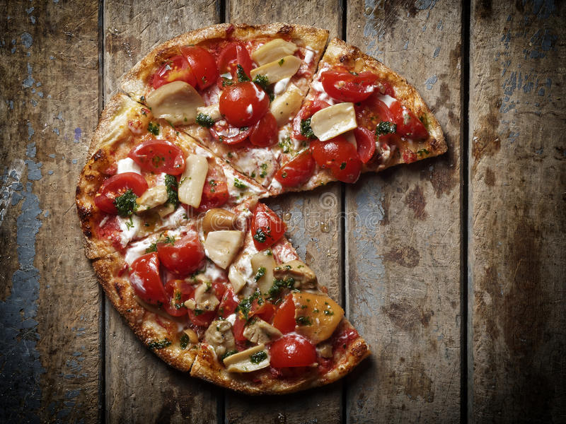 La pizza si espande rapidamente pomodori che mancano la fetta fotografia stock libera da diritti