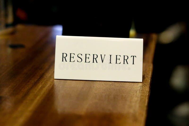 La placa con la inscripción 'reservada 'en el café alemán foto de archivo