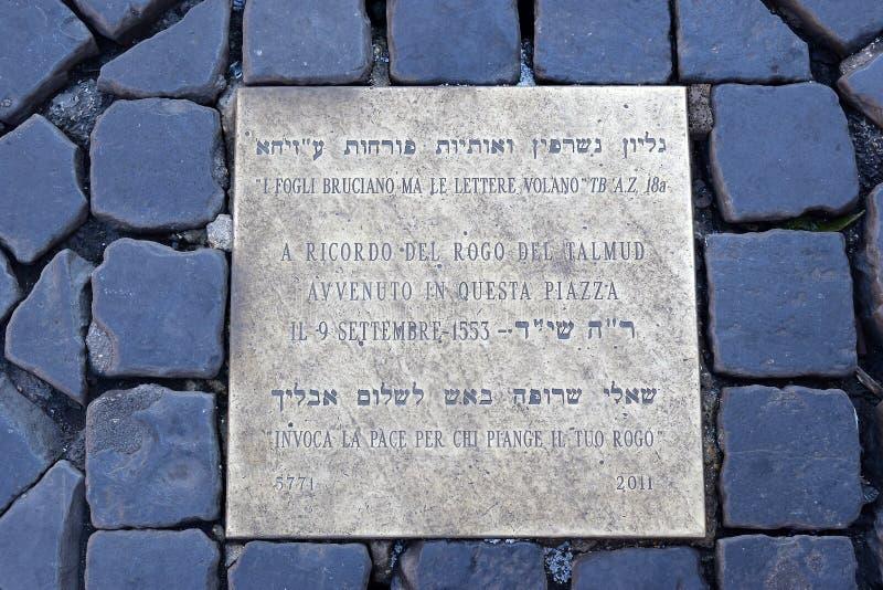 La placa conmemorativa en el dei Fiori de Campo en Roma, denota el lugar en donde quemaron a Giordano Bruno foto de archivo