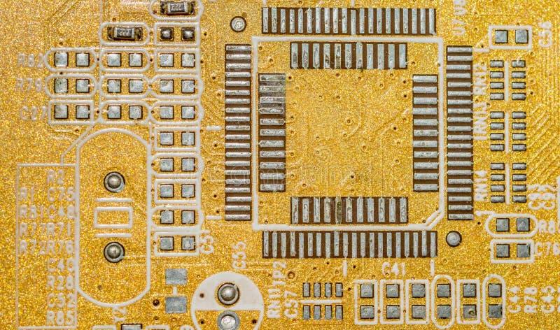 La placa de circuito eléctrica con muchos conductores se cierra para arriba fotografía de archivo libre de regalías