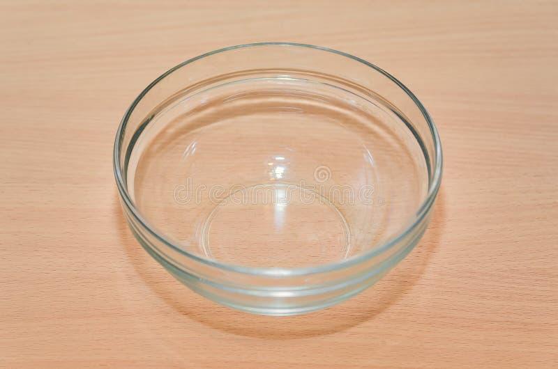 La placa de cristal vacía está en la tabla imágenes de archivo libres de regalías