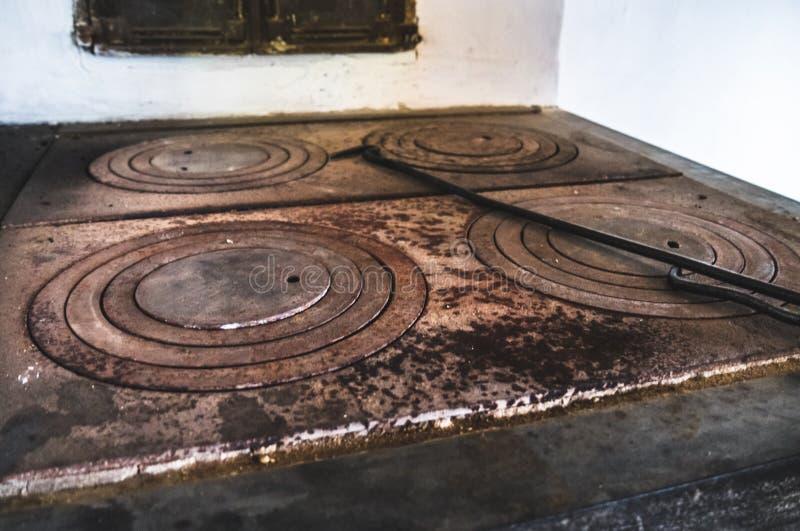 La placa de la estufa tejada vieja fotos de archivo