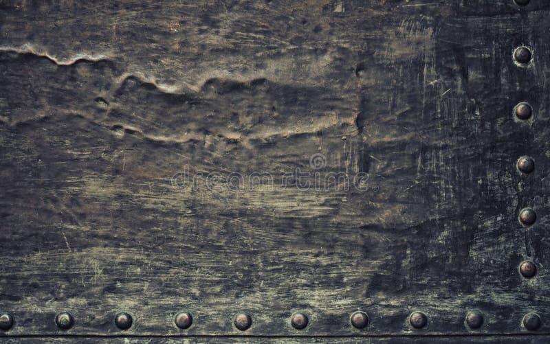 La placa de metal negra del Grunge con los remaches atornilla textura del fondo fotos de archivo