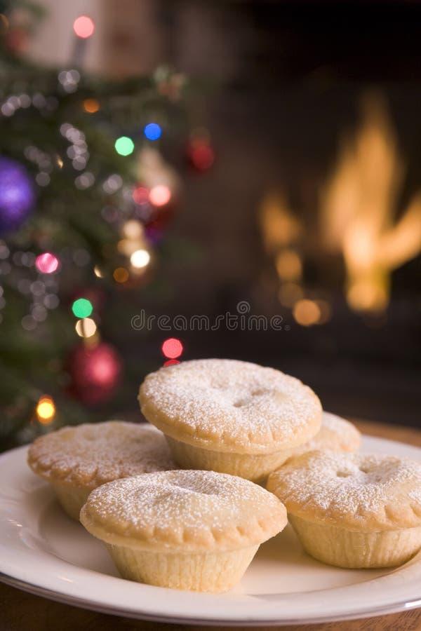 La placa de pica el fuego y el árbol de navidad de registro de las empanadas fotos de archivo