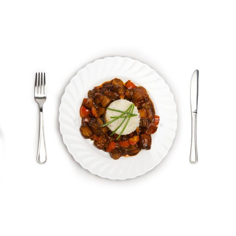 La placa del arroz, cacerola asó la carne y verduras en el fondo blanco imagen de archivo libre de regalías