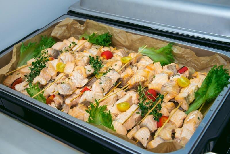 La placa grande del kebab de rebanadas de salmones asó en una parrilla con las verduras Servicio del abastecimiento foto de archivo